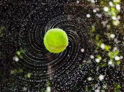 dönen ıslak tenis topu